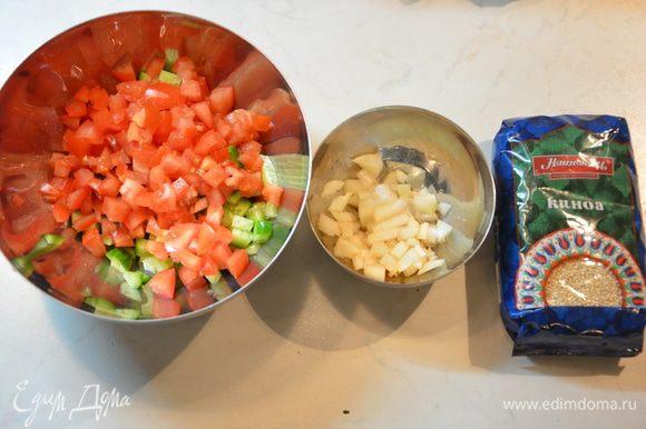 Огурцы и помидоры нарезать кубиками. Лук мелко нарезать и замариновать винным уксусом.