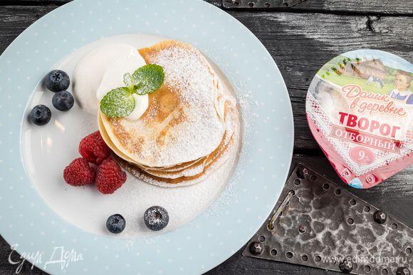 Украсить по желанию свежими или консервированными ягодами. Подавать со сметаной «Домик в деревне».