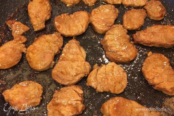 Разогреть сковороду с толстым дном, добавить масло и обжарить мясо. Готовое мясо переложить на тарелку и накрыть фольгой.