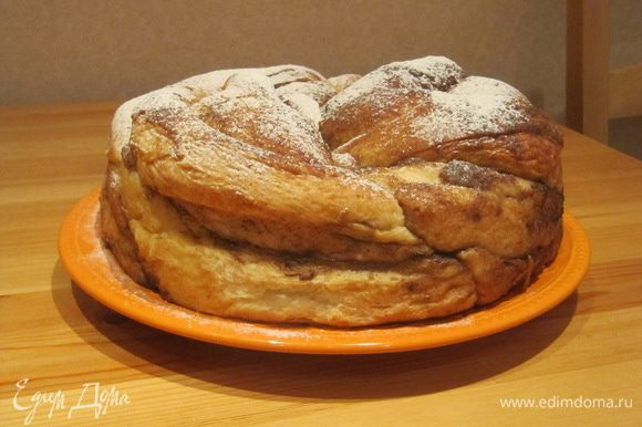 При желании можно посыпать булку сахарной пудрой или сахарной пудрой с корицей.