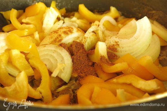 Насыпаем карри нежный, можно уменьшить количество приправы, если вы не любите очень острые блюда. Тушим 10 минут.