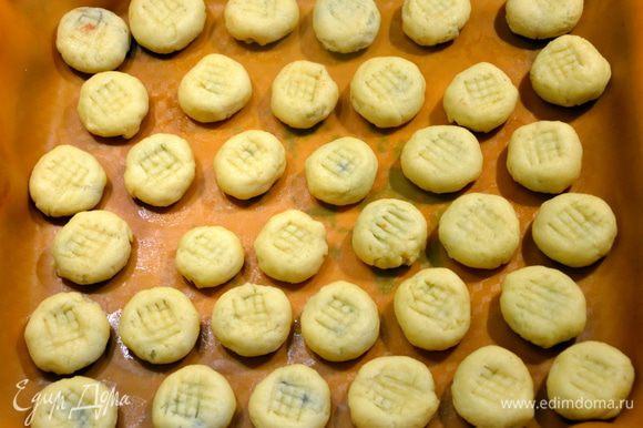 В арабских странах есть специальные формочки для украшения этого печенья. Если таковой нет, то можно надавить следы вилкой крест-накрест.
