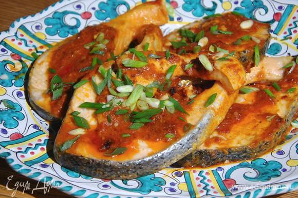 Рыбу с соусом выложить на блюдо и посыпать зеленым луком.