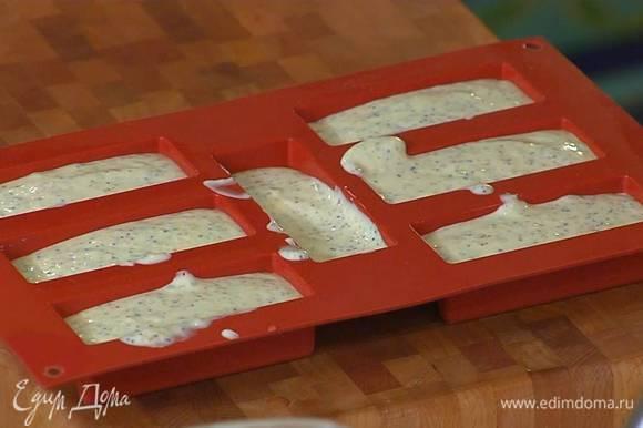 Разлить тесто в силиконовые формы.