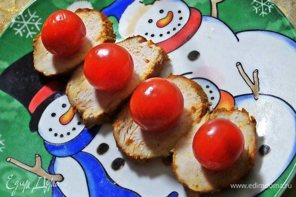 Теперь покажу подачу на шпажках. На ломтик курицы поставить помидорку черри.