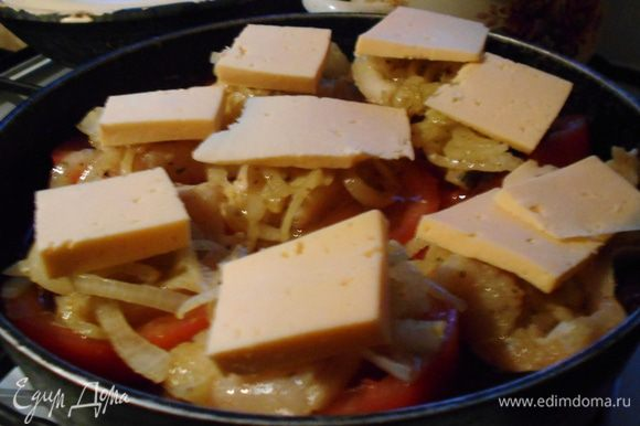 Накройте 8-ю кусочками сыра и поставьте запекаться, лучше в духовку. Я, чтобы получилось быстрее, разогрел сотейник и поставил на маленький огонь на плиту, но так сыр полностью не расплавится.