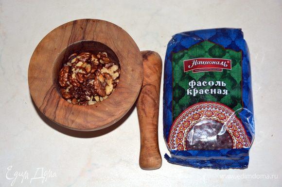 Орехи обжарить на сухой сковороде. Измельчить в ступке.
