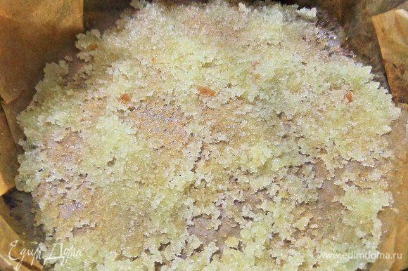 Перенести равномерно на дно масляный сахар. Не бойтесь, что сахар не растопился здесь, в духовке он растворится обязательно.