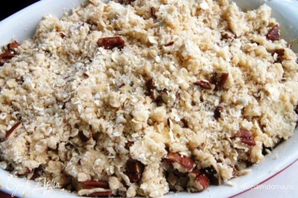Присыпать начинку крошкой и запекать в разогретой до 210°С духовке, около 15 — 20 минут.