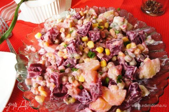 Перемешать салат. Вот такой ярко-розовый салатик получается! И очень сытный! Приятного аппетита, друзья!