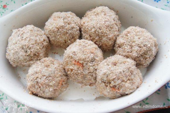 Влажными руками сформировать шарики, обвалять в панировочных сухарях. Переложить их в форму и залить сливками.