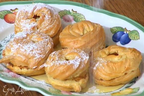 Посыпать пирожные сахарной пудрой и оставшимся фундуком.