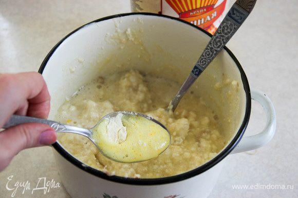 В столовой ложке смешиваем разрыхлитель и апельсиновый сок, выливаем в нашу массу.