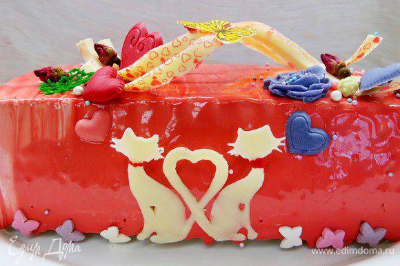 Замороженный торт покрыть гляссажем, дать стечь остаткам, затем перенести на сервировочное блюдо. Затем украсить по желанию. У меня петельки из шоколада, цветы и сердечки из шоколада (сделаны с помощью силиконовых молдов) и бутоны чайной розы.