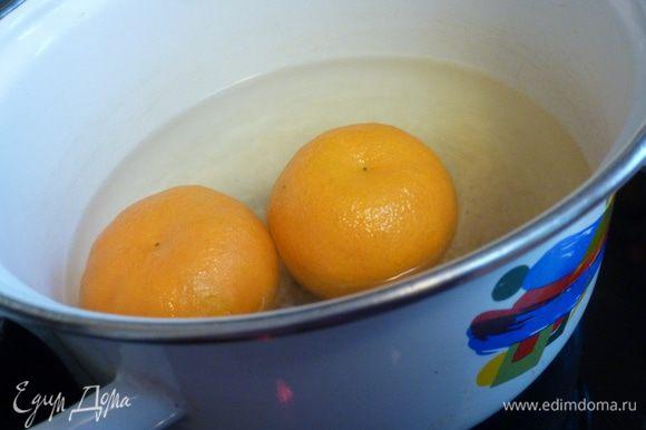 Сначала 10 — 15 минут проварим мандарины. Они станут мягкими.