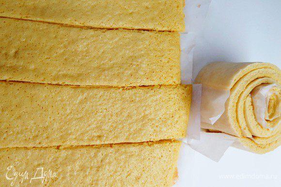 Для торта мне понадобилось 2 бисквитных прямоугольника размером 30х40 см, т.е. понадобится 2 нормы продуктов, указанных выше. Если у вас 2 противня, можно выпечь бисквиты одновременно. Я выпекала последовательно, т.к. противень у меня один. Готовим бисквит. Духовку разогреваем до 180°С. В миску просеиваем муку, разрыхлитель и соль, добавляем сахар, яйца и все хорошо перемешиваем. Не взбиваем! На застеленный пергаментом противень ровным слоем распределяем тесто (у меня получился прямоугольник 30х40 см). Несколько раз ударяем противень по столу, чтобы равномерно распределилось. Отправляем в духовку на 6 — 8 мин. Готовый, еще горячий бисквит вынимаем и быстренько подравниваем. Далее я быстро замерила длину бисквита рулеткой (приготовьте ее заранее) и поделила на 4 равные части (сделать наметки с помощью линейки и разрезать вместе с пергаментом). Я прямо кухонным ножницами рулет на полосы порезала. Скручиваем наши полосочки в улитку и оставляем остывать. Повторяем процедуру для второго куска бисквита. В результате получаем большую улитку (на фото ниже промежуточный вариант улитки, которая получилась из одного бисквита). Охлаждаем наш скрученный бисквит до комнатной температуры.