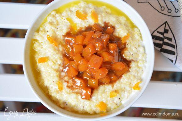 Заправить кашу сливочным маслом. Сверху выложить карамелизированную тыкву и посыпать апельсиновой цедрой. Хорошего завтрака!