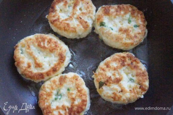 Жарить сырники на растительном масле до готовности.