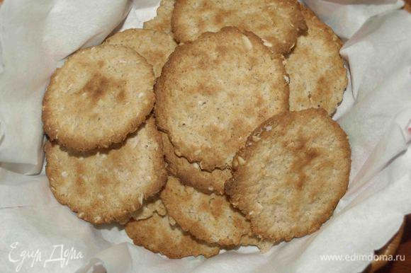 Если каштаны были измельчены крупно, то лучше печенье съесть сразу, потому что на следующий день каштаны станут твердыми. А если каштаны измельчить до состояния муки, то на следующий день печенье будет еще вкуснее.