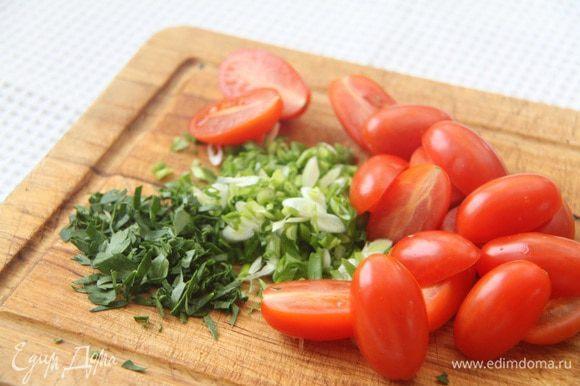 Зеленый лук нарезать наискосок, петрушку порубить мелко. Черри разрезать на половинки.