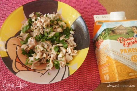 Мясо курицы (у меня запеченное) мелко нарезать, смешать с петрушкой и луком по вкусу.