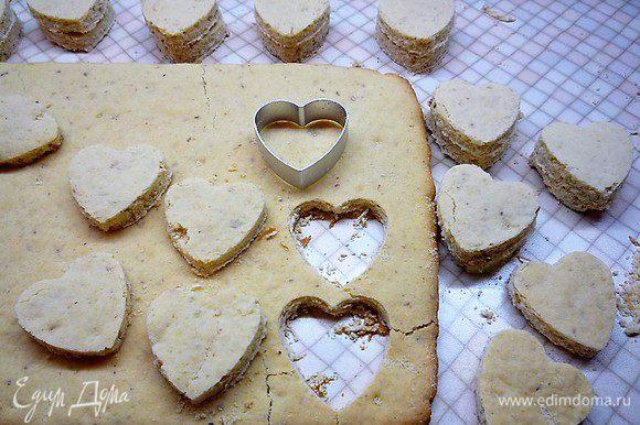 Выпекаем в разогретой духовке при температуре 180°С в течение 10 — 12 минут. Когда коржи остынут, но будут еще теплые, можно специальными вырубками вырезать сердечки.