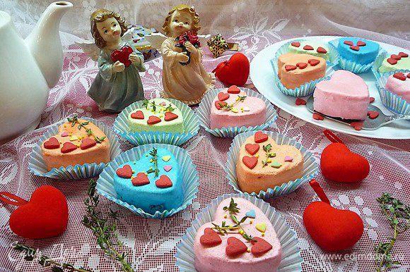 Украшаем пирожные карамельными сердечками, бусинками, листиками свежего тимьяна и укладываем в бумажные корзиночки.