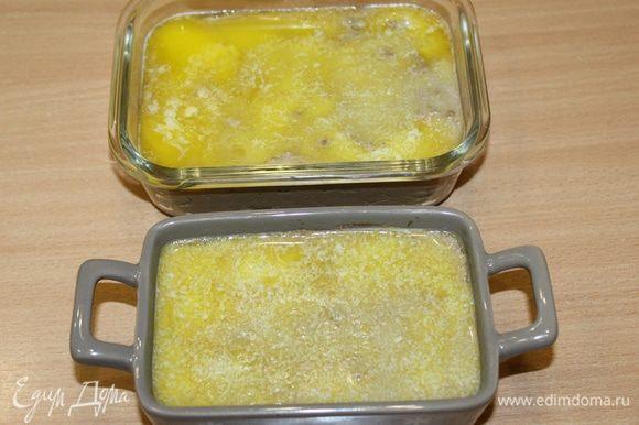 Полученную массу переложить в формочки, залить растопленным сливочным маслом. Убрать паштет в холодильник на ночь.