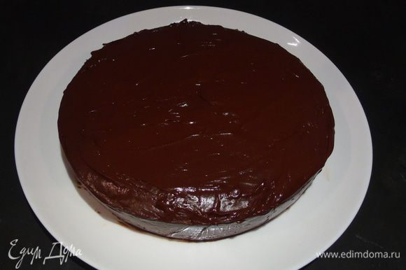 Покрываем глазурью, для этого растапливаем шоколад со сливками или же приготавливаем свою глазурь по любимому рецепту.