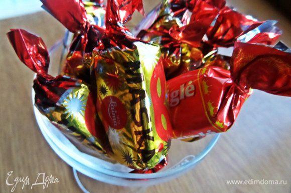Ах, вот чего))) Берем шоколадные конфеты любые, 2 — 3 шт.