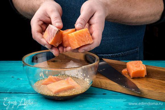 Нарезаем филе рыбы крупными кубиками. Добавляем в маринад и отправляем в холодильник на 15 минут. Шпажки для шашлычков предварительно замочить в воде, чтобы они не пригорели во время запекания.