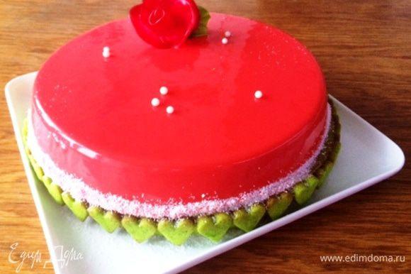 А вот этот тортик приготовила для 5-летнего юбилея семейной жизни моего брата. Муссовый торт с базиликом и клубникой по рецепту Андрея Рудькова. Вкус еще не представляю, для меня это интрига.