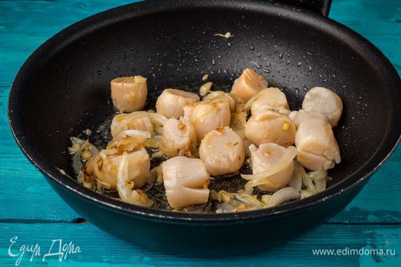 Добавляем гребешки к луку и чесноку. Добавляем по вкусу специи и готовим до золотистого цвета.