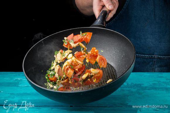 Помидоры, чеснок и базилик режем и обжариваем на оливковом масле.