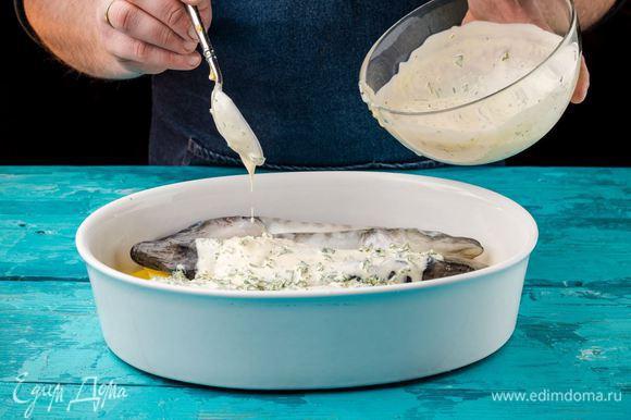 Полить рыбу соусом и запекать 30 минут при 200°С.