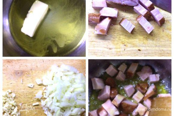 У меня в наличии была копченая свиная грудинка. Нарезаем ее кубиками, достаточно крупными. В кастрюлю наливаем оливковое масло, добавляем сливочное. Отправляем в кастрюлю нарезанное мясо, обжариваем его минут 5 — 6. Нарезаем лук и чеснок мелко.