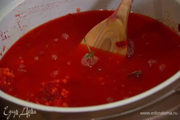 Добавить в кастрюлю лавровые листья, веточки тимьяна, залить все горячим бульоном, так чтобы овощи с чечевицей были полностью покрыты, накрыть крышкой и варить 15 минут.
