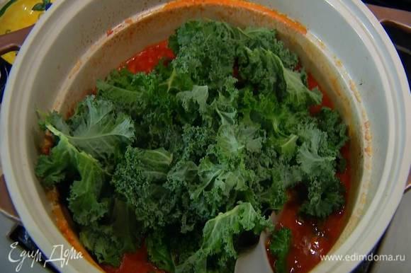 Вынуть из похлебки веточки тимьяна и лавровые листья, добавить в нее капусту кале, влить, если нужно, еще немного бульона, и варить 4‒5 минут.