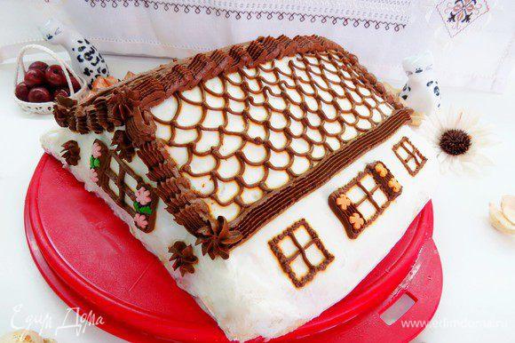 Торт можно украсить по желанию. Я решила расписать его оставшимся кремом под домик.