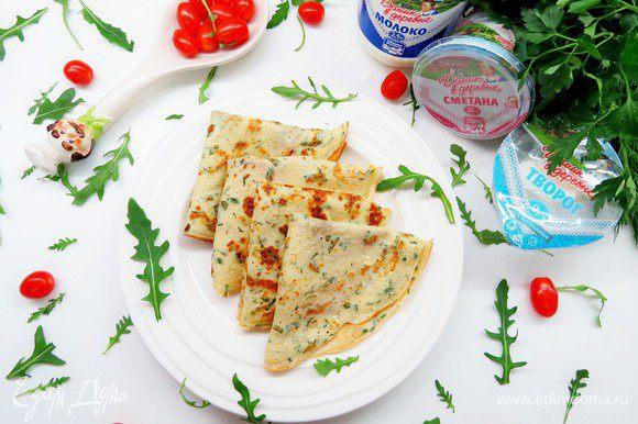 Подаем наши вкуснейшие блинчики с помидорами-черри и зеленью. Очень вкусно есть со сметаной. Приятного аппетита!