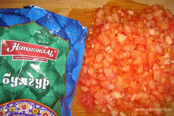 Крупный помидор окунуть в кипяток на несколько секунд, снять кожицу и нарезать мелкими кубиками.