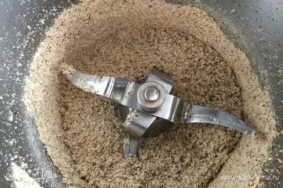Для начинки орехи нужно смолоть в крошку.