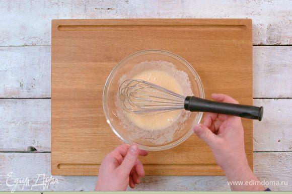 Яйцо взбить с сахаром и солью.