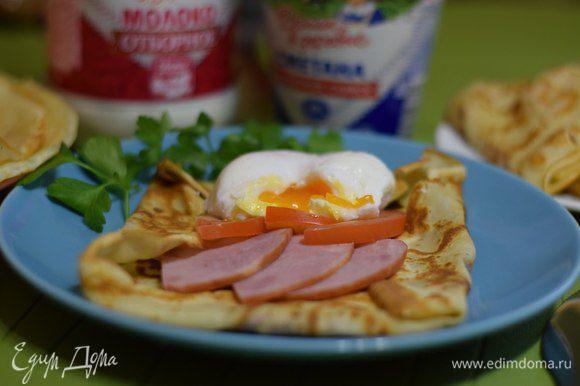 Жарим блины. Приготовить яйцо пашот и собрать блины.