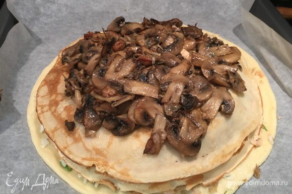 Затем положите половину грибной начинки и тоже накройте блином.