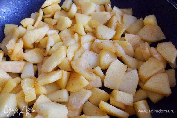 Разогреть сковороду с кусочком сливочного масла, выложить яблоки. Томить на сковороде, не закрывая крышкой. Мешать редко и очень аккуратно, чтобы яблоки не превратились в пюре.