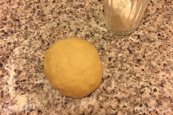 Должно получиться нежное, мягкое тесто, которое не липнет к рукам. Накрыть полотенцем и оставить на 40 минут.