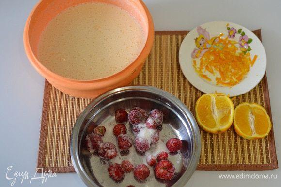 Для теста перемешиваем муку, манку ТМ «Националь», яйца, молоко, разрыхлитель, ванилин, сахар (по вкусу). Добавляем в тесто цедру апельсина и сок половины апельсина.