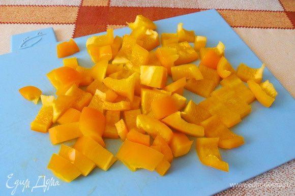 Желтый перец нарежем небольшими кусочками.