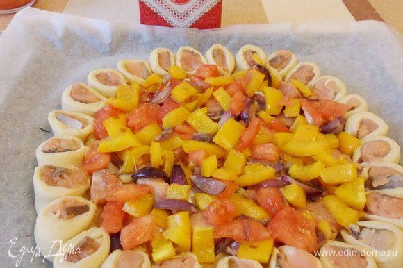 Сверху выложить лук, томаты и перец, посолить и поперчить.